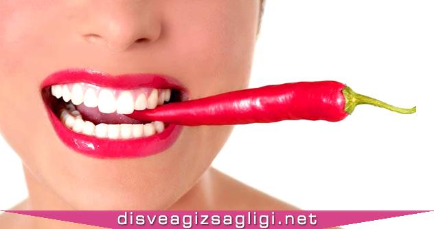 biber yiyen kadın, acı biber yiyen kadın, ağızda kırmızı biber,